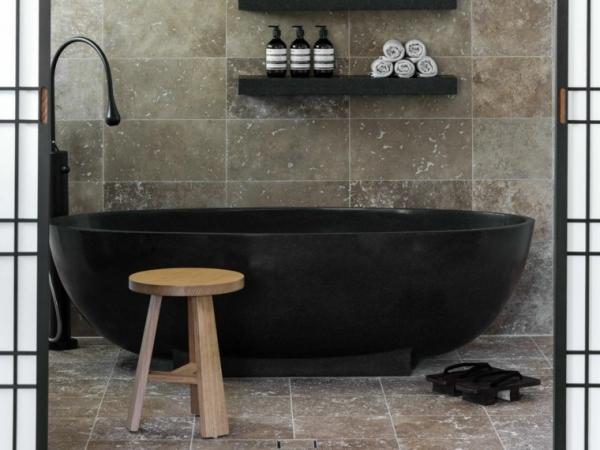 banera-negra-silla-madera-bano-moderno