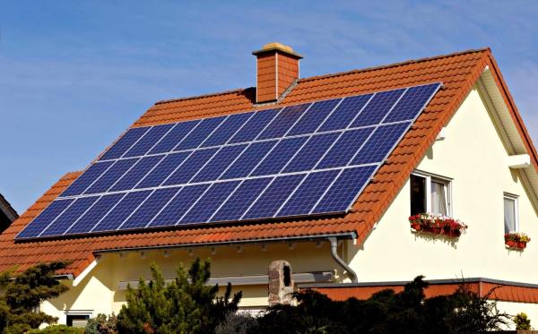 paneles-solares-sobre-tejado-de-una-casa