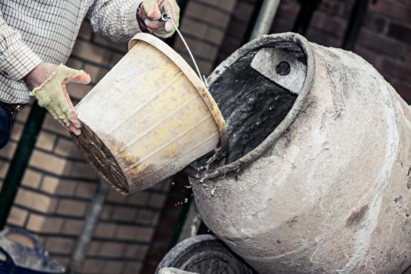 copia-de-tf71_construction-site-adding-water-to-cement-166725171-584444215f9b5851e537a243