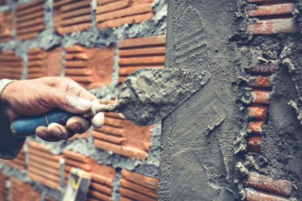 albanileria-trabajador-construccion-construyendo-pared-ladrillos_1150-14756