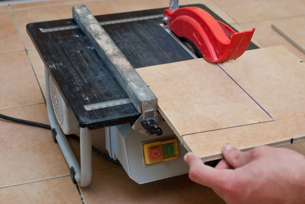 cutting-tile-with-wet-saw