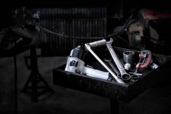 herramientas-bandeja-herramientas-reparar-automoviles_1150-18951