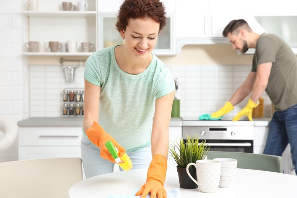 Happy young couple cleaning kitchen together; Shutterstock ID 614594888; Proyecto/Negocio: Vivir Mejor; Equipo: Content MKT
